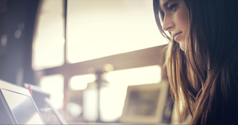 Kobieta z Laptopem. Zostań Blogerką.